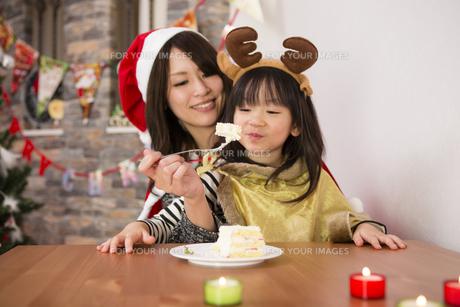クリスマスケーキと親子の写真素材 [FYI00921818]
