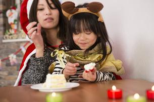 クリスマスケーキと親子の写真素材 [FYI00921819]