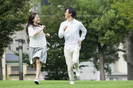 若い男女のカップルの写真素材 [FYI00921879]