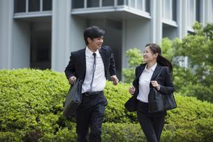 若い会社員の男女の写真素材 [FYI00921883]
