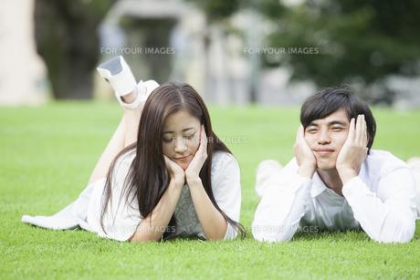 若い男女のカップルの写真素材 [FYI00921889]