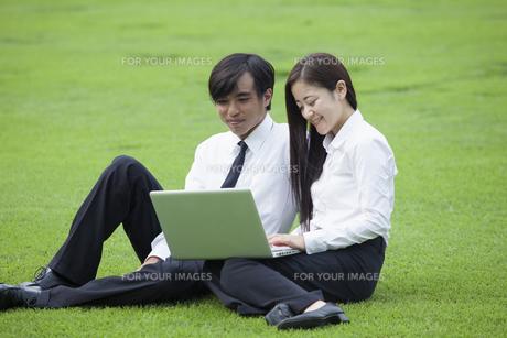 若い会社員の男女の写真素材 [FYI00921894]