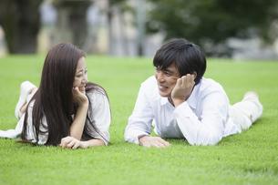 若い男女のカップルの写真素材 [FYI00921899]