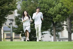 若い男女のカップルの写真素材 [FYI00921902]