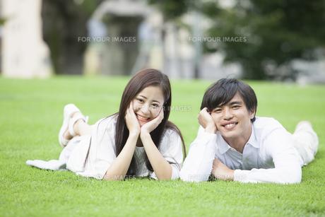 若い男女のカップルの写真素材 [FYI00921911]