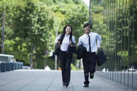 若い会社員の男女の素材 [FYI00921914]