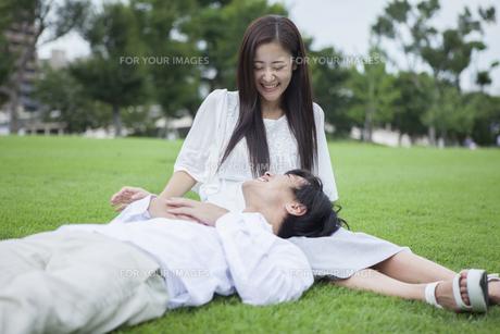 若い男女のカップルの写真素材 [FYI00921918]