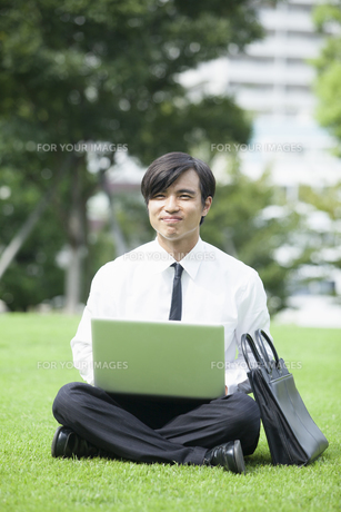 若い会社員の男性の写真素材 [FYI00921922]