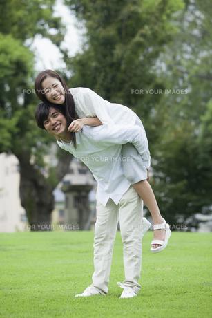 若い男女のカップルの写真素材 [FYI00921941]