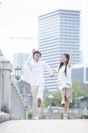 若い男女のカップルの写真素材 [FYI00921965]