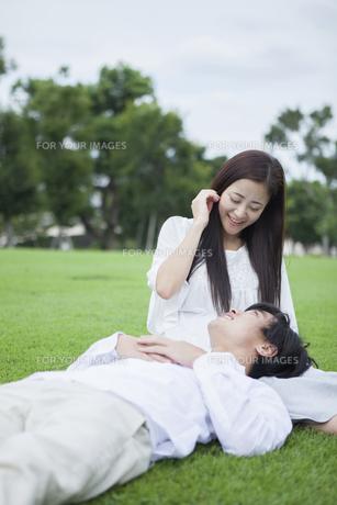 若い男女のカップルの写真素材 [FYI00921985]