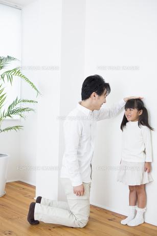 身長を測る親子の写真素材 [FYI00922001]