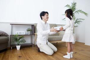 プレゼントをする女の子の写真素材 [FYI00922013]
