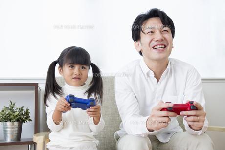 ゲームをする親子の写真素材 [FYI00922017]