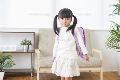 ランドセルを背負う女の子の写真素材 [FYI00922020]
