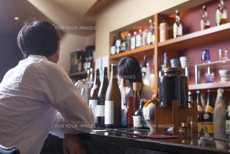 バーに来た若い男性の素材 [FYI00922033]