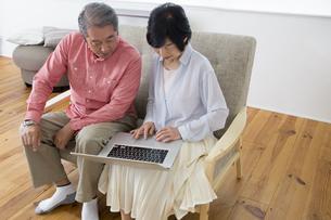 PCを操作する老夫婦の写真素材 [FYI00922036]