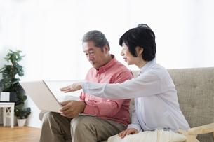 PCを操作する老夫婦の写真素材 [FYI00922037]