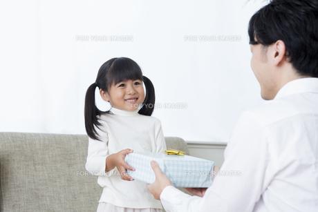 プレゼントをする女の子の写真素材 [FYI00922038]