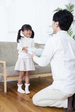 プレゼントをする女の子の写真素材 [FYI00922043]