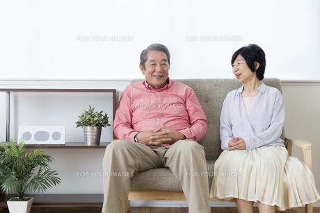 談笑する老夫婦の写真素材 [FYI00922046]
