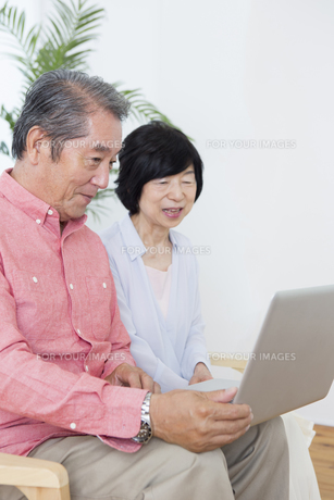 PCを操作する老夫婦の写真素材 [FYI00922048]