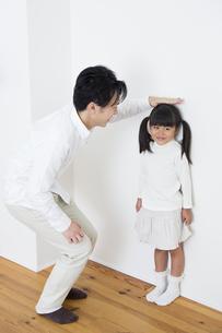 身長を測る親子の写真素材 [FYI00922050]