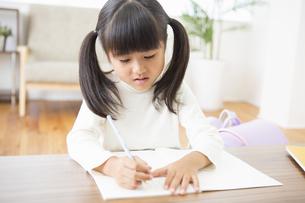勉強をする女の子の素材 [FYI00922055]