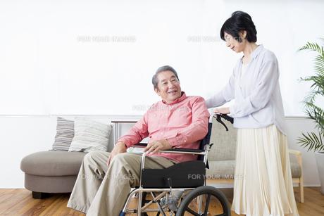 車いすを押す老夫婦の写真素材 [FYI00922056]