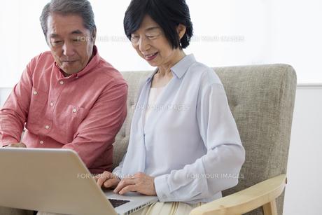 PCを操作する老夫婦の写真素材 [FYI00922057]