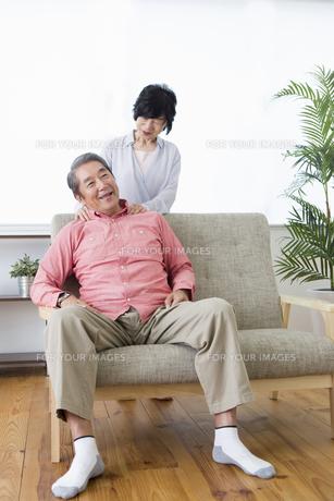 マッサージをする老夫婦の写真素材 [FYI00922058]