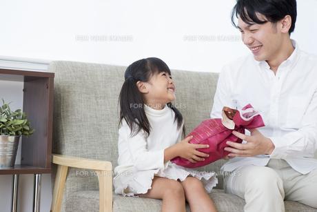 プレゼントをする女の子の素材 [FYI00922062]