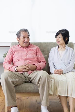 談笑する老夫婦の写真素材 [FYI00922065]
