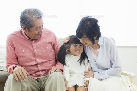 くつろぐ老夫婦と孫の写真素材 [FYI00922066]