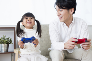ゲームをする親子の素材 [FYI00922068]