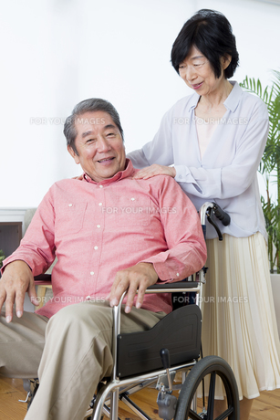 車いすを押す老夫婦の写真素材 [FYI00922070]