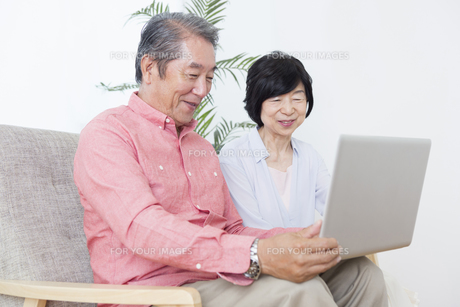 PCを操作する老夫婦の写真素材 [FYI00922071]