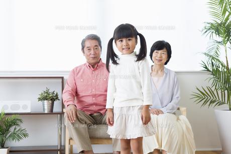 くつろぐ老夫婦と孫の写真素材 [FYI00922073]