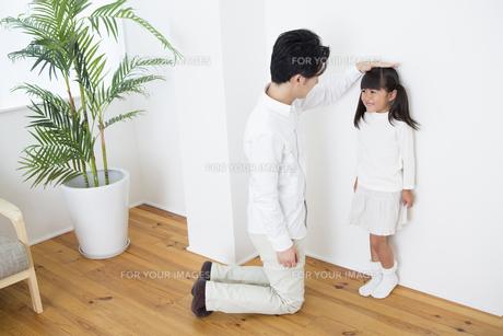 身長を測る親子の写真素材 [FYI00922074]