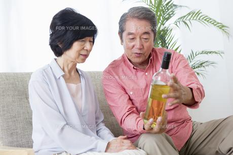 ワインを見る老夫婦の写真素材 [FYI00922076]