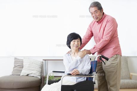 車いすを押す老夫婦の写真素材 [FYI00922077]