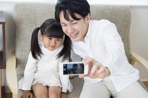 写真を撮る親子の写真素材 [FYI00922081]