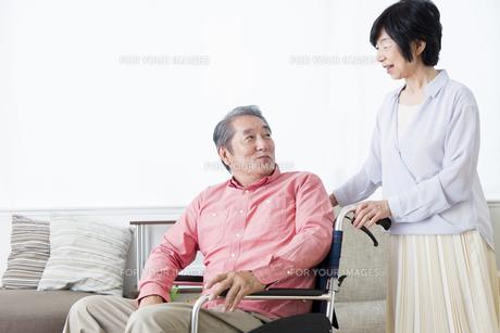 車いすを押す老夫婦の写真素材 [FYI00922082]