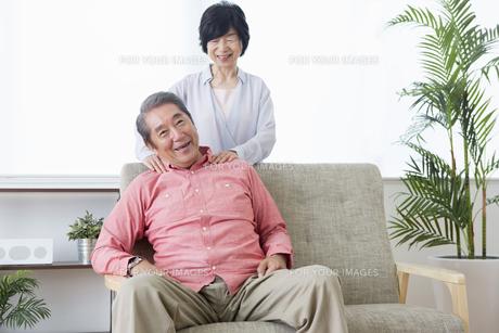 マッサージをする老夫婦の写真素材 [FYI00922083]