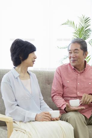 くつろぐ老夫婦の写真素材 [FYI00922088]