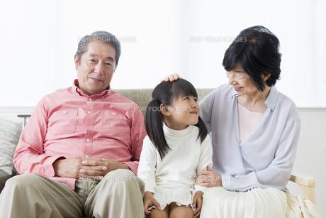 くつろぐ老夫婦と孫の写真素材 [FYI00922090]