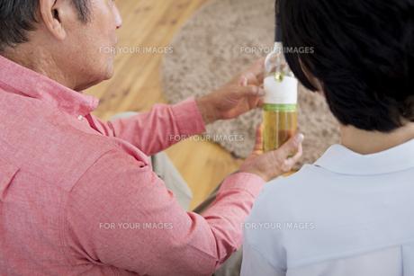 ワインを見る老夫婦の写真素材 [FYI00922094]