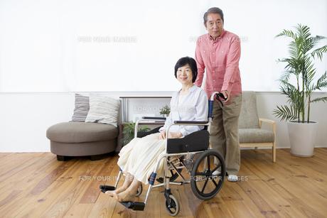 車いすを押す老夫婦の写真素材 [FYI00922096]