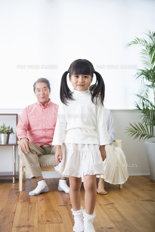 くつろぐ老夫婦と孫の写真素材 [FYI00922098]