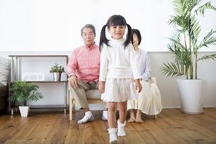 くつろぐ老夫婦と孫の写真素材 [FYI00922100]